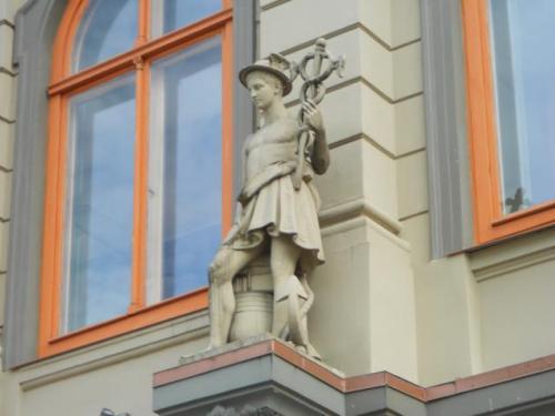 Гермес з кадуцеєм на вулиці Риги. Його капелюх майже ідентичний з головним убором його скандинавського аналога - Одіна. Кадуцей, в свою чергу, синонім і символ лозоходства.